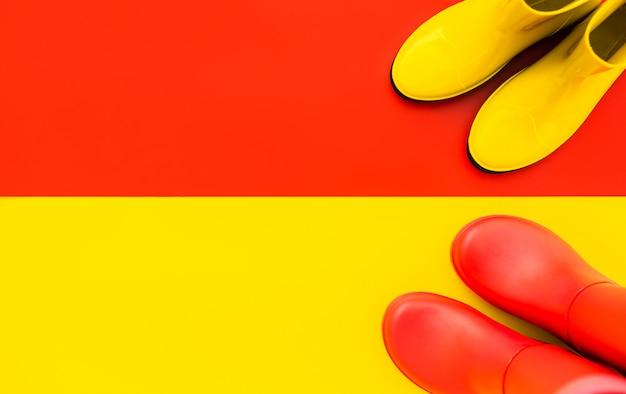 Rote gummistiefel stehen auf gelb