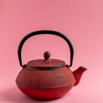 Rote gusseiserne teekanne
