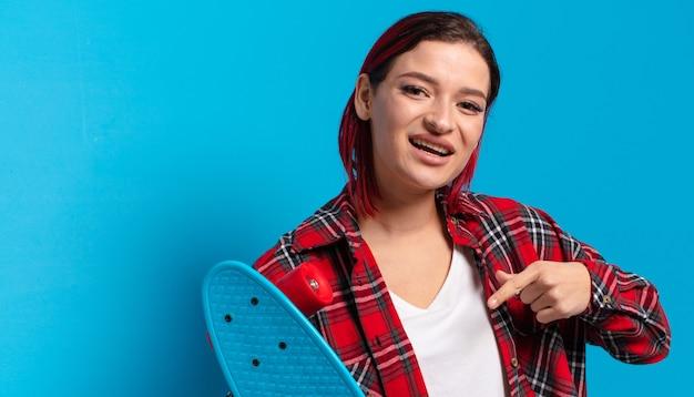 Rote haare coole frau mit einem skateboard