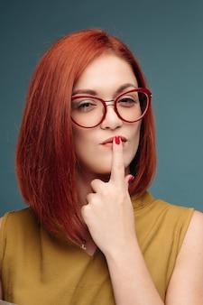 Rote haare frau mit hellen make-up und brille