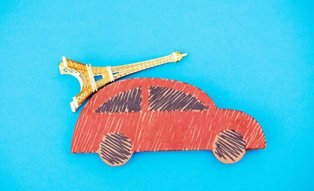 Rote handgemachte autozustellung mit eiffelturmandenken