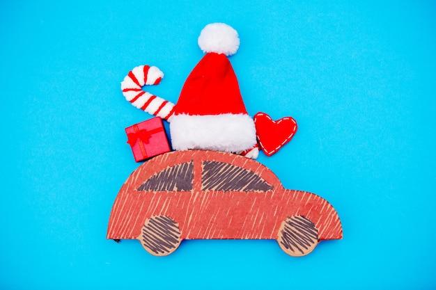 Rote handgemachte autozustellung mit weihnachtsgeschenken