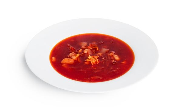 Rote, heiße borscht - rübensuppe isoliert auf weiß.