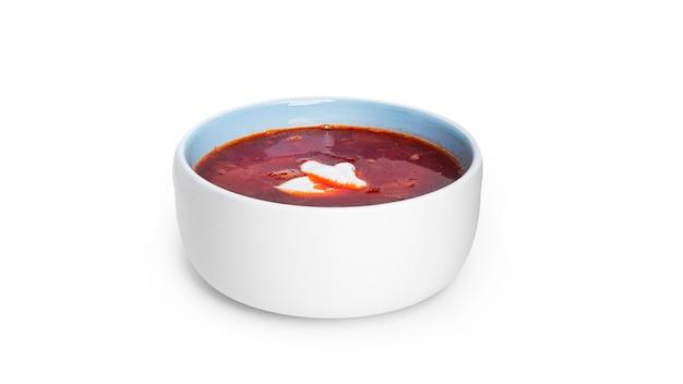 Rote, heiße borscht - rübensuppe mit saurer sahne isoliert auf weiß.