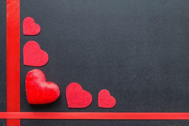 Rote herzen an der tafel. valentinstag