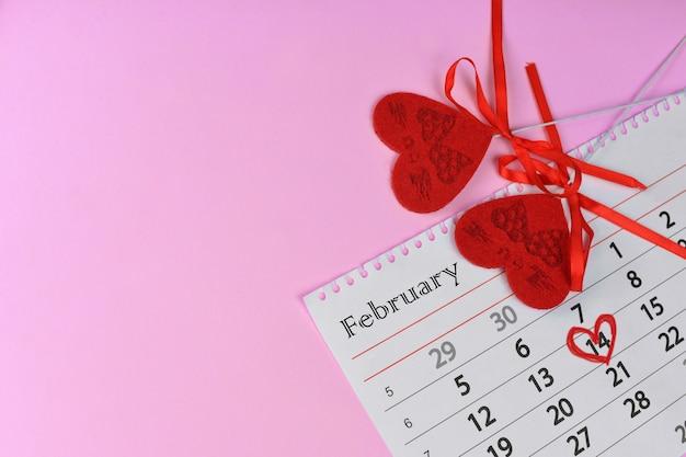 Rote herzen auf kalender