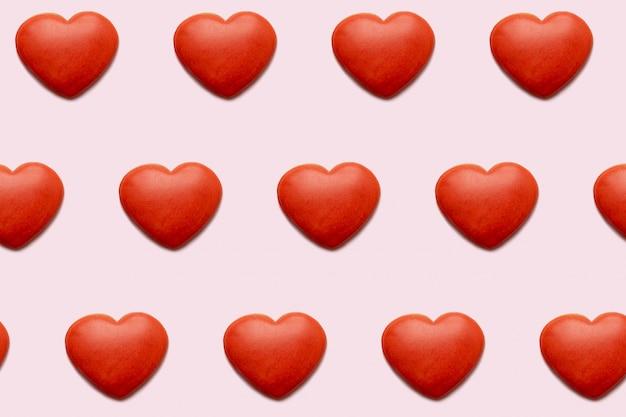 Rote herzen mit einem hintergrund des defekten herzens, nahtloses muster für die karte des valentinsgrußes