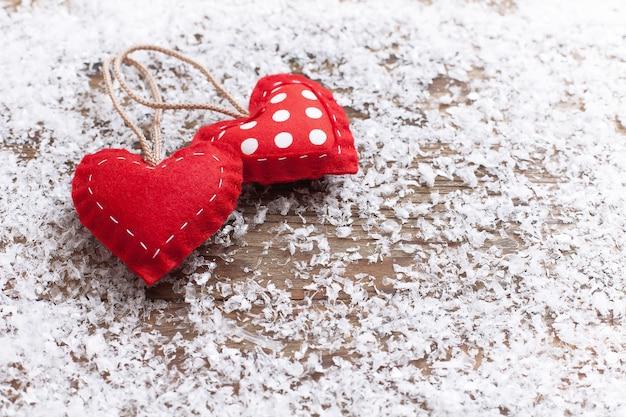 Rote herzen und schnee