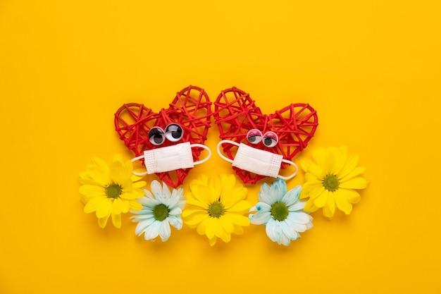 Rote herzen verlieben sich in schutzmaske valentinstag ... valentinstagskonzept.