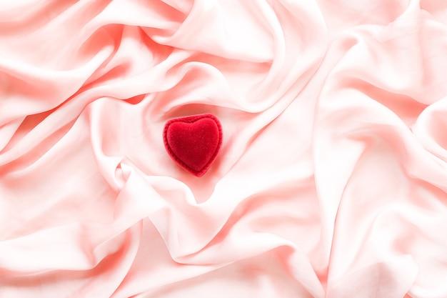 Rote herzförmige schmuck-geschenkbox auf rosa seide valentinstag wahre liebes-verlobungs- und vorschlagskonzept werden sie mein valentinstag sein