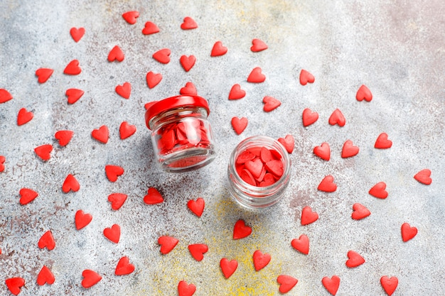 Rote herzförmige streusel zum valentinstag