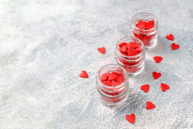 Rote herzförmige streusel zum valentinstag.