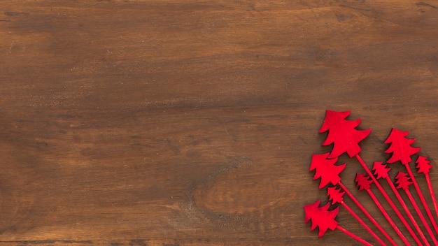 Rote hölzerne weihnachtsbäume auf tabelle