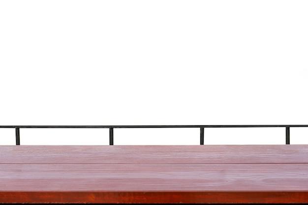 Rote holztischplatte mit metallschiene auf weißem hintergrund
