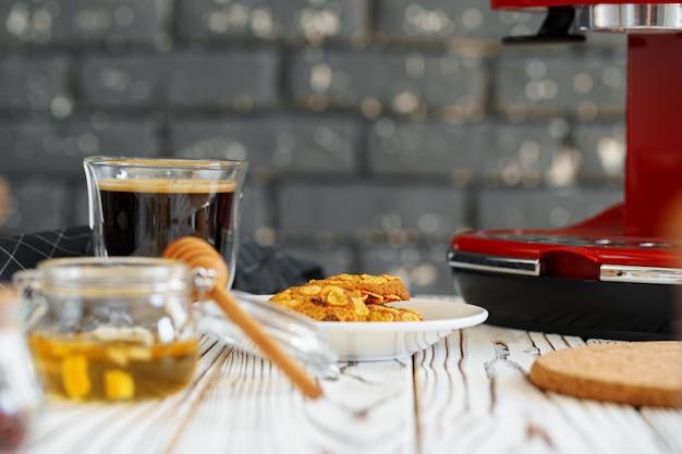 Rote kaffeemaschine mit einem glas auf küchentheke