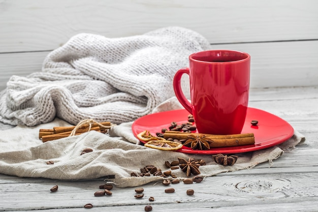 Rote kaffeetasse auf einem teller, holzwand, getränk