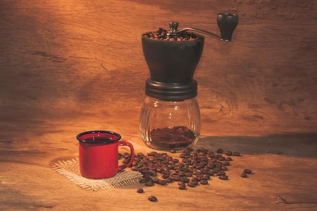Rote kaffeetasse mit kaffeemühle