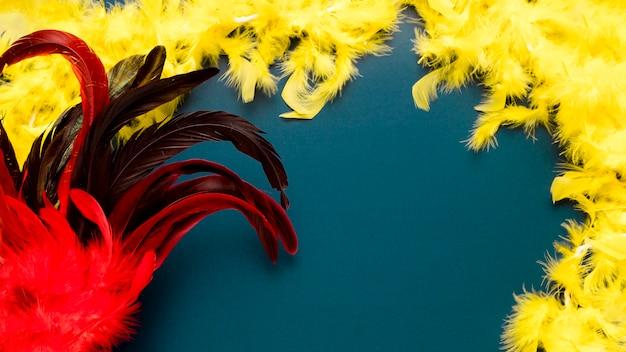 Rote karnevalsmaske auf blauem hintergrund mit kopienraum