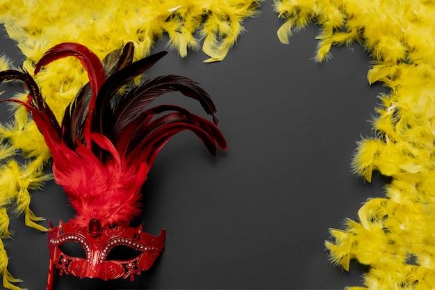 Rote karnevalsmaske auf schwarzem hintergrund