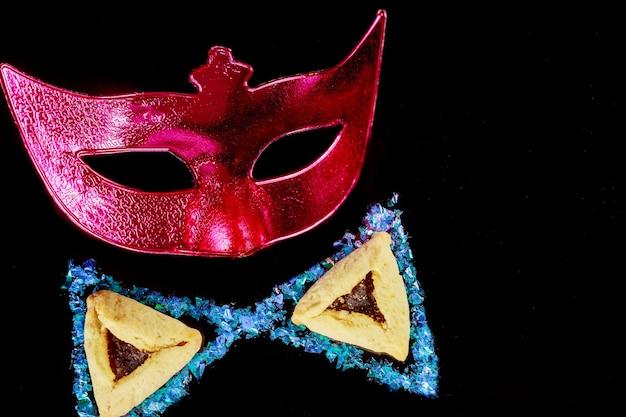 Rote karnevalsmaske für maskerade. jüdischer feiertag purim.