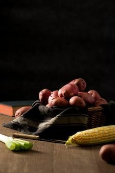 Rote kartoffeln der vorderansicht mit mais