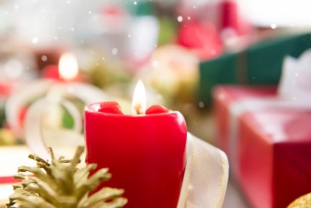 Rote kerze mit weihnachtsgeschenken