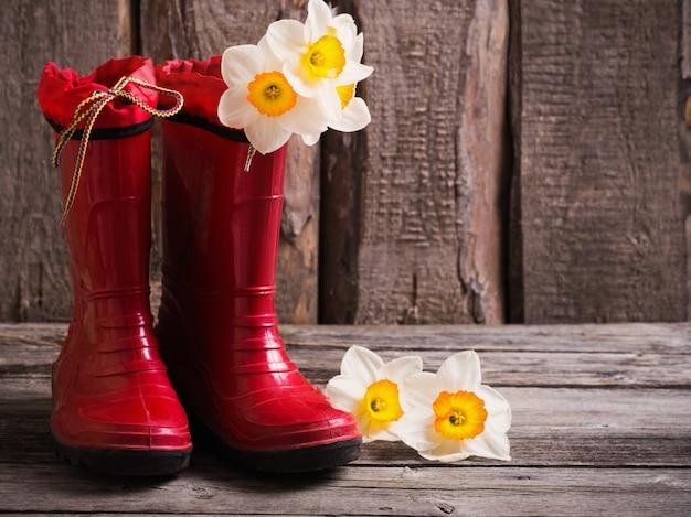 Rote kindergartenschuhe mit frühlingsblumen
