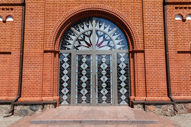Rote kirche in der stadt. blick von außen