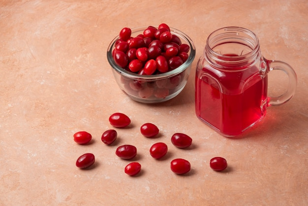 Rote körner in einer glasschale mit saft im glas.