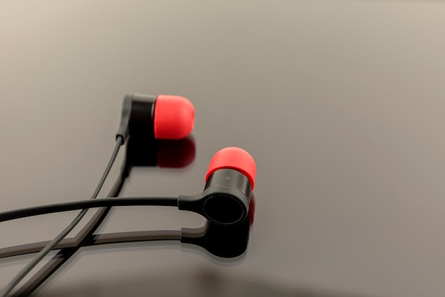 Rote kopfhörer auf schwarzem hintergrund