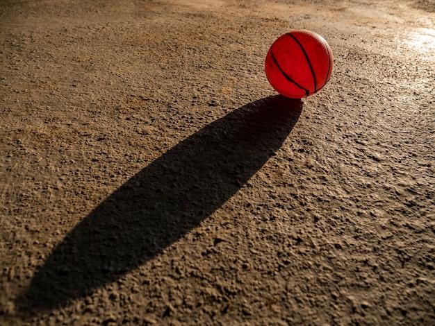 Rote kugel auf zementboden