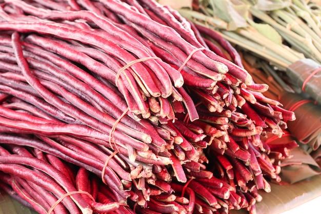 Rote lange bohnen am markt