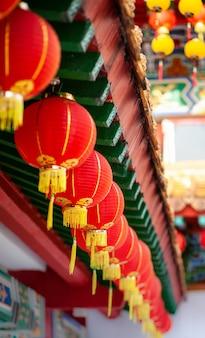 Rote laternen des buddha-tempels, vertikaler schuss