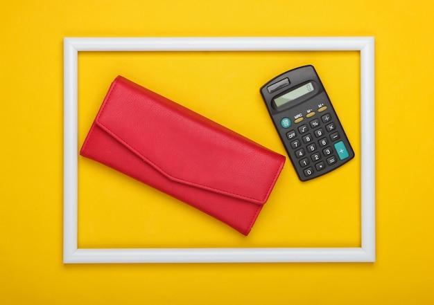 Rote lederbrieftasche und taschenrechner im weißen rahmen auf gelber oberfläche
