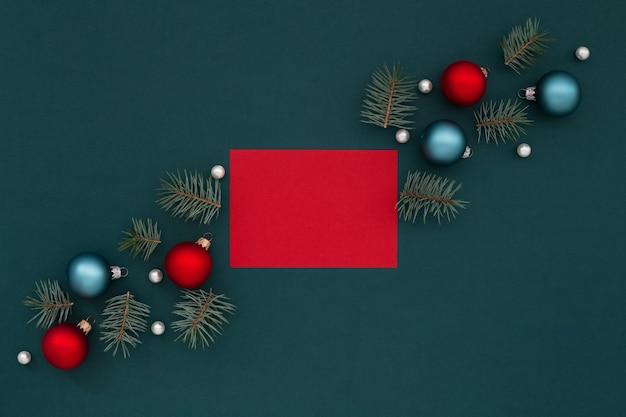 Rote leere grußkarte und weihnachtsdekorationen