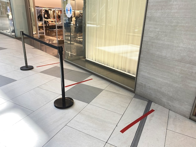 Rote linien für leute, die in der nähe eines geschäfts anstehen