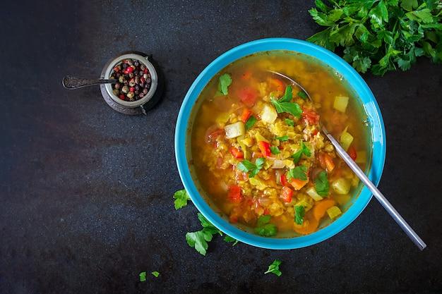 Rote linsensuppe auf dunkler tabelle. gesundes essenkonzept. veganes essen. . flach liegen