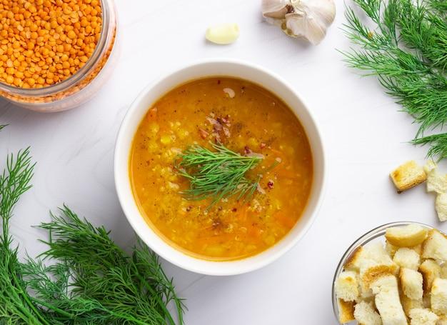 Rote linsensuppe mit zutaten. traditionelle türkische oder arabische würzige linsen- und gemüsesuppe, gesundes veganes essen