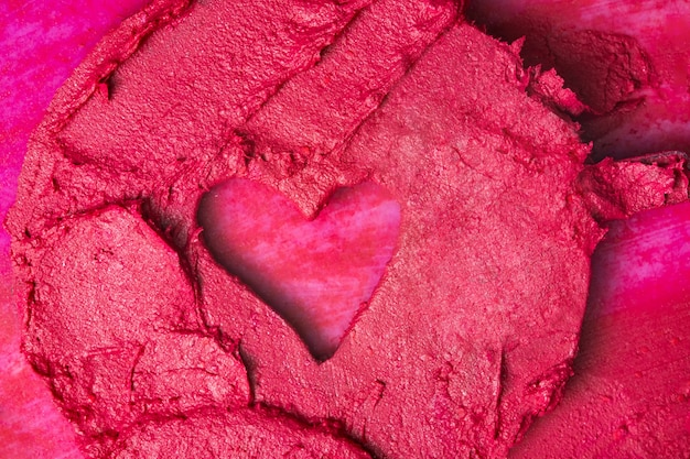 Rote lippenstiftbeschaffenheit mit einer form des herzens