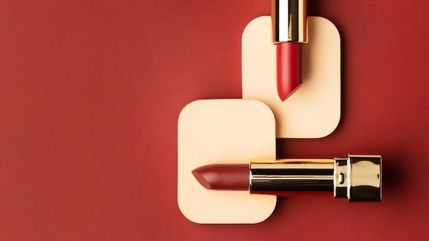 Rote lippenstifte und hintergrund