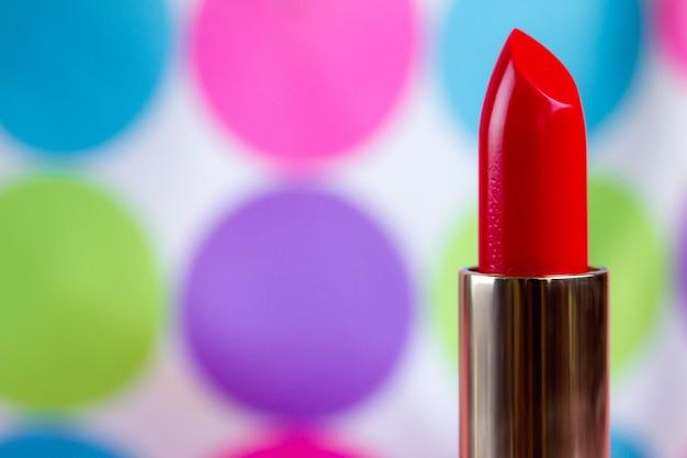Rote lippenstiftnahaufnahme. damenkosmetik für professionelles make-up. kopieren sie platz