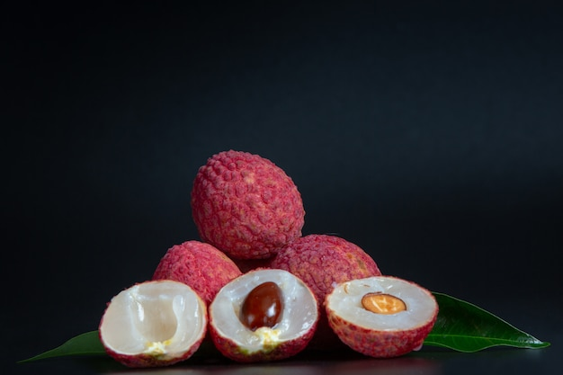 Rote litschifrucht gelegt in einen korb.