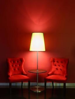 Rote luxusstühle mit tabelle und lampe