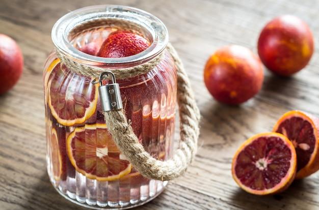 Rote mandarinen auf dem holztisch