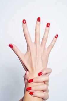 Rote maniküre auf den nägeln