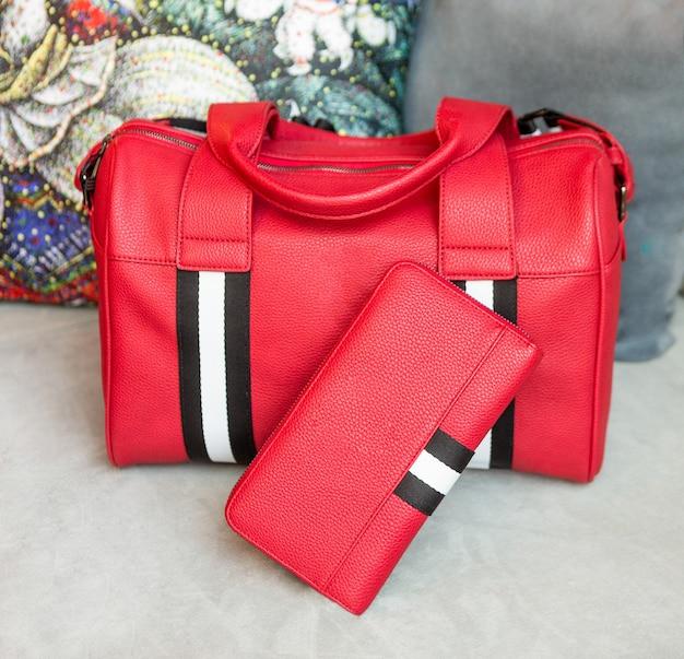 Rote mann handtasche und brieftasche isoliert