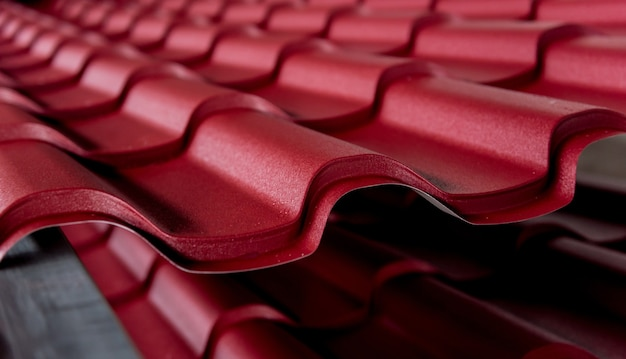 Rote metallische dachziegel