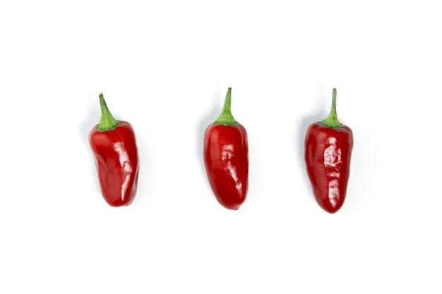 Rote mini-chili-pfeffer isoliert auf weißem hintergrund mit schatten, ansicht von oben. heiße würze. medizinische produkte.