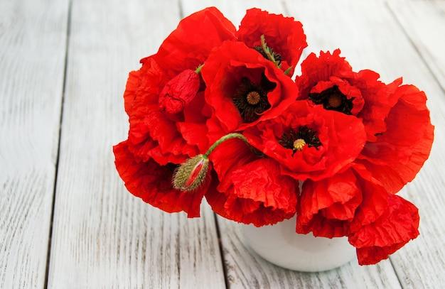 Rote mohnblumen in einer vase