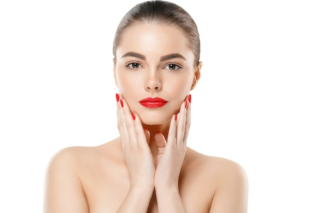 Rote nägel und lippen vorbildliche frau getrennt auf weiß. farbiges make-up. studioaufnahme.